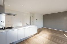 アクセントクロスでPOINTづけ。ペニンシュラキッチンで天井はひと続きです。空気を洗う壁紙を使用 CO+ GALLERY(コプラスギャラリー)   コーポラティブハウスの株式会社コプラス