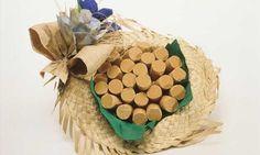 Você pode também decorar a mesa com este lindo enfeite, superfácil de fazer: compre um chapéu caipira, coloque um tecido grosso e cole uma flor de plástico. Depois é só colocar as deliciosas paçoquinhas - que podem ser redondas ou quadradas - dentro. Em outros chapéus você pode colocar: pé-de-moleque, doce de abóbora e pão de mel. Seus convidados vão adorar