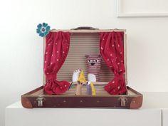 Koffertheater mit Tieren aus Kleidungsresten