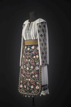 History Of Romania, Traditional Dresses, Hand Embroidery, Mini Skirts, Costumes, Arya, Retail Therapy, Blouse, Folk