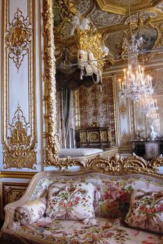 rococo architecture which was very common throughout Louis XV's reign. This rococo style emphasized asymmetry and the usage of pale colors. Versailles ~ The Queen Bed Chamber ~ It was from this room that Marie Antoinette fled from rioters on July Rococo, Baroque, Chateau Versailles, Palace Of Versailles, Versailles Garden, Marie Antoinette, Classic Decor, French Decor, Kirchen