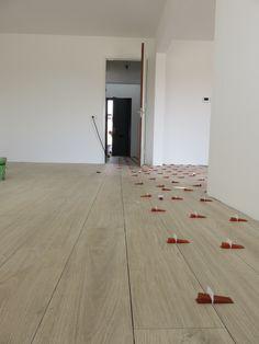 Houtlook tegels Lea slimtech woodstock cream wood 20x200 cm dunne tegels Wooden Flooring, Hardwood Floors, Woodstock, Interior Decorating, Interior Design, Loft Design, Living Room Designs, Architecture Design, Sweet Home