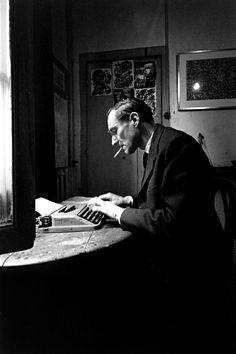 Loomis Dean: William Burroughs, Paris, 1959 | « Alors que Kerouac retourna vivre avec sa mère dans les années 1960 et épousa la sœur d'un ami d'enfance, et que Ginsberg régna pendant les années hippies, ce furent les années 1980 et 1990 […] qui allaient être l'ère de William Burroughs, le plus sombre des trois anges de la Beat Generation. » Wikipédia