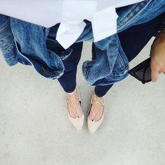 Back to basics: White dress shirt + dark skinny jeans + Washed denim jacket + Steve Madden Lecrew lace-up flats. #outfit #inspiration Photo: thegirlfrompanama.com/