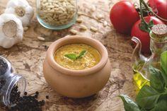 Il pesto alla siciliana è una salsa tipica dall'irresistibile gusto mediterraneo. Con pomodori, ricotta, pinoli e basilico, colorerà la vostra pasta!
