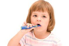 È importante che i bambini, fin da piccoli, imparino tutti i segreti della pulizia dei denti da effettuare regolarmente magari ascoltando la canzoncina