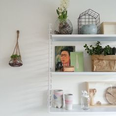 """""""Almost every day i change the stuff on these shelves #tomado #100daysofhema #hema #frida #planthanger #interior #interiorstyling #myhome #blogger"""""""