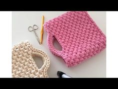 Crochet Hats - Making a bag with a penie ropeScarfs Crochet - Cómo hacer un bolso de trapilloThere is nothing additional elegant and comfortable than this easy beautiful handbag so that we are going to teach you ways to crochet this absolutely attra Crochet Clutch Bags, Crochet Tote, Crochet Handbags, Crochet Purses, Easy Crochet, Knit Crochet, Crochet Scarfs, Crochet Stitch, Lidia Crochet Tricot