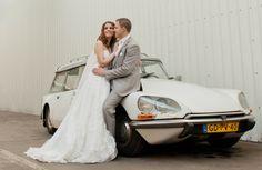 Coupleshoot wedding industrial weddingcar bruidspaar binnenlocatie bruidsauto
