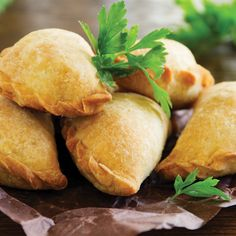 A version of the traditional empanada argentina, these delicious empanadas can be prepared as an appetizer for a barbecue or family meal. Mexican Food Recipes, Keto Recipes, Snack Recipes, Cooking Recipes, Snacks, Beef Empanadas, Empanadas Recipe, Empanada Caprese, Tapas