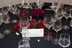 Matrimonio che presenta come tema il colore nero e delle composizioni di fiori di color rosso.