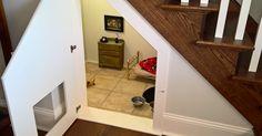 Esta mujer le construyó un dormitorio bajo las escaleras a su perro y los…