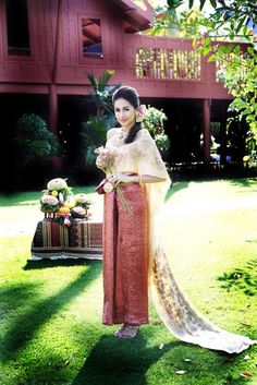 ✿ Thai women and Thai Traditional dress . (Noey Chotika)