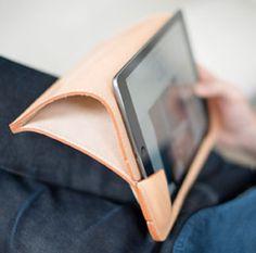 Veg tan leather iPad case from bleu de chauffe Thick Leather, Small Leather Goods, Tan Leather, Leather Tooling, Leather Wallet, Ipad Case Leather, Protection Ipad, Accessoires Ipad, Conception En Cuir