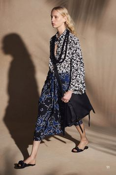 The complete Michael Kors Collection Resort 2018 fashion show now on Vogue Runway. Fashion 2018, Fashion Week, Love Fashion, Runway Fashion, Spring Fashion, Fashion Design, Fashion Trends, Style Fashion, Sac Michael Kors