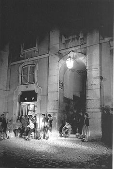 Fado Vadio - Rua dos Remédios (1940'). Vintage Photography, Nature Photography, History Of Portugal, Beyond Beauty, Life Is Beautiful, Old Photos, Greece, Old Things, Black And White