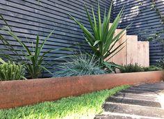 Corten Steel Edging Bark Brick and Block use our Corten edging to create this sleek modern look in their garden design. Metal Garden Edging, Steel Edging, Garden Paths, Garden Beds, Metal Landscape Edging, Flower Bed Edging, Flower Beds, Modern Landscaping, Backyard Landscaping