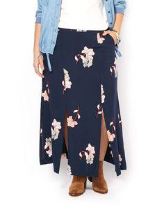 Cette jupe taille plus à la mode est parfaite pour un look boho-chic grâce à sa coupe fluide et son imprimé floral. Taillée dans un tissu challis léger, elle offre une bande de taille confortable à fermeture à bouton, des poches latérales et plusieurs fentes. Vous aimerez la porter avec une chemise en denim et des bottines!<br /><br />