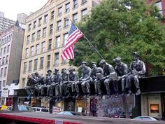 Metal sculpture of the construction workers, who were originally photographed during the construction of Rockefeller Center in 1932, by Sergio Furnari.