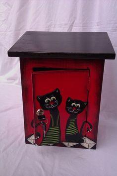Poštovní schránka červeno černá-kočky Krásná dřevěná zamykatelná poštovní schránka(v-38,š-28,h-16,síla1,8cm) napuštěno proti plísni,malované akrylovými voděodolnými venkovními barvami,přelakované lodním lakem.Možné různé barevné kombinace po dohodě.:))) Možno dopsat příjmení po dohodě.Ozdoba každého domu,chaty a vlastně všeho,kam schránku umístíte. ...
