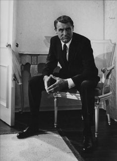 """""""Everybody wants to be Cary Grant. Even I want to be Cary Grant."""" Cary Grant - the famous lover and gentleman. Always sophisticated, sarc. Golden Age Of Hollywood, Vintage Hollywood, Hollywood Glamour, Hollywood Stars, Classic Hollywood, Hollywood Icons, Vintage Vogue, Hollywood Cinema, Hollywood Men"""