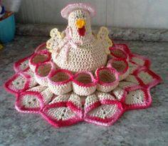 Galinha Ponchitá é feita com a técnica do crochê; <br>Com barbante de primeira linha e com fino acabamento; <br>Aceito encomendas em outras cores. <br>Ponchitá é utilizada como porta ovos, para até 1 dúzia, podendo ser produzida sob encomenda para 6 ovos.