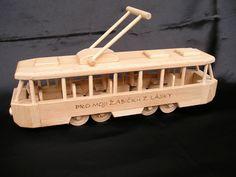 Tramvaj hračka ze dřeva s vypáleným jménem či věnováním na přání zákazníka.