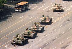 """1989. Pechino, Cina. Un cittadino passato alla storia come """"Unknown rebel"""" (ribelle sconosciuto), in piedi di fronte ai tank in piazza Tienanmen"""