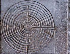 het labyrint, universeel symbool van de levensweg van de mens. Lucca, San Martino Dom, pijler van het ingangsportaal