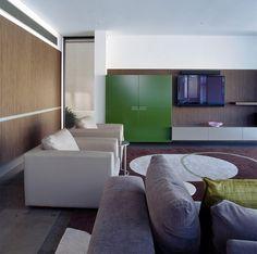 12-sala-tv-parede-madeira-armário-verde-painel