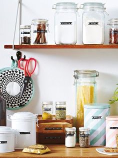 Etiketten selber machen - so geht's Order in the kitchen - labels and canning jars Home Organisation, Pantry Organization, Organizing, Mason Jars, Canning Jars, Kitchen Labels, Tidy Kitchen, How To Make Labels, Starter Home