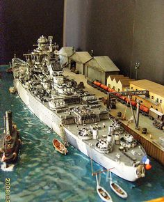 A diorama of French Battleship Richelieu. Scale Models, Scale Model Ships, Model Warships, Bbs, Fun Diy Crafts, Military Modelling, Military Diorama, Model Train Layouts, Aircraft Carrier