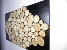 Grand tableau design abstrait en rondelles de bois brut sur fond noir : Décorations murales par melissa-art-et-creation-deco Stone Art Painting, Chalet Design, Barn Quilt Designs, Tableau Design, Easy Wood Projects, Creation Deco, Wood Slices, Rustic Industrial, Textures Patterns