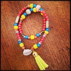 Bracelet double, coquillage et pompon. Collection été 2014.