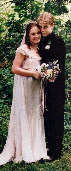 Macaulay Culkin & Rachel Miner on their wedding day, 1998 (divorced Celebrity Wedding Photos, Celebrity Wedding Dresses, Celebrity Couples, Celebrity Weddings, Wedding Gowns, Star Wedding, Wedding Pics, Wedding Couples, Wedding Bells