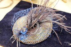 tocado para invitada con plumas en azul electrico y gris