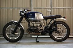 This tasteful, and dare we say it, practical BMW scrambler/brat custom from Cafe Racer Dreams was amazingly turned around in four. Bike Bmw, Moto Bike, Bmw Motorcycles, Vintage Motorcycles, Bobber Bikes, Bmw Cafe Racer, Custom Cafe Racer, Cafe Racers, Bmw R100