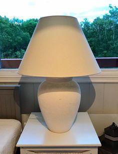 FINN – Pen bordlampe med skjerm Table Lamp, Lighting, Home Decor, Lamp Table, Table Lamps, Lights, Interior Design, Home Interiors, Lightning