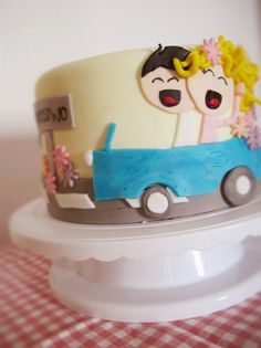 Tort z parą w niebieskim kabriolecie
