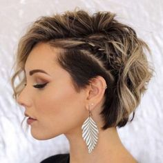 Trending Hairstyles 2019 - Short Layered Hairstyles - EveSteps New year 2019 came with many beautiful hairstyles trends, one of these trends is the short layered hairstyles. Prom Hairstyles For Short Hair, Trending Hairstyles, Short Curly Hair, Bride Hairstyles, Curly Hair Styles, Layered Hairstyles, Short Wavy, Short Hair With Undercut, Shaved Side Hairstyles