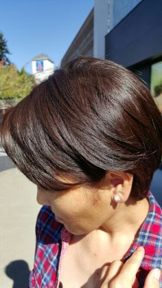 Chocolate brown color. Richesse 1/2 7n, 1/2 5.42 , 9 vol  processing  time 25 minute.  Her natural level # 4