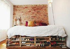 un-veritable-coup-de-coeur-pour-ce-lit-en-palette-multiples-rangements-mur-en-briques-style-industriel-comment-faire-un-lit-en-palette