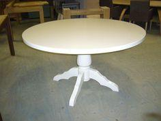 mij lijkt een ronde eettafel in jullie kamer heel mooi staan...