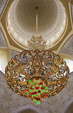 Maior lustre Swarovski - interior da Grande Mesquita Sheikh Zayed, em Abu Dhabi, Emirados Árabes Unidos.