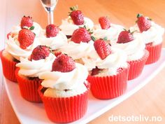 Norwegian recipe | Strawberries & Champagne Cupcakes from Det søte liv - made with cream cheese frosting