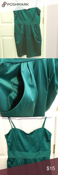 """Emerald green cocktail dress Beautiful emerald green cocktail dress. Not positive on size but was worn once by a women who is 5'6"""" 150 lbs. Great for a wedding, homecoming dance, night out, etc. Satin-type material. H&M Dresses"""