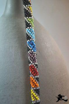 Mit einem Umfang von 8 Perlen ist diese Kette gehäkelt.   Wieder habe ich die matten R8 benutzt, und sie mit silverlined R8 abgewechs...