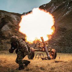 Après-midi du 17 novembre 2015 : exercice CERCE/AIGLE 2015. La 2e section de la 4e batterie du 93e régiment d'artillerie de montagne s'entraîne au tir au mortier de 120 mm au pied du col du Galibier (commune de Valloir). #Djibouti #mortier #120mm #obus #tir #Feu #fire #armée #armeedeterre #armee2terre #munitions #armeefrancaise #frencharmy #chargeur #instarmy #instarmée