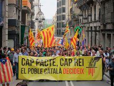 """Manifestacióper la República: """"Cap pacte, cap rei, el poble català decideix"""" - elsingular.cat, 22/06/2014. Unes 4.000 persones segons l'organització (450 segons la Guàrdia Urbana) s'han manifestat avui a Barcelona en una marxa convocada per més de vint partits, sindicats i entitats catalanes d'esquerra per demanar el final de la monarquia, a la qual acusen d'""""antidemocràtica i caduca"""", i demanar una República Catalana."""