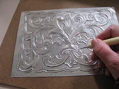 Manualidades Uli: Repujado de Estaño & Madera                                                                                                                                                                                 More Tin Foil Art, Aluminum Foil Art, Aluminum Crafts, Metal Crafts, Recycled Crafts, Pewter Art, Pewter Metal, Soda Can Crafts, Metal Embossing